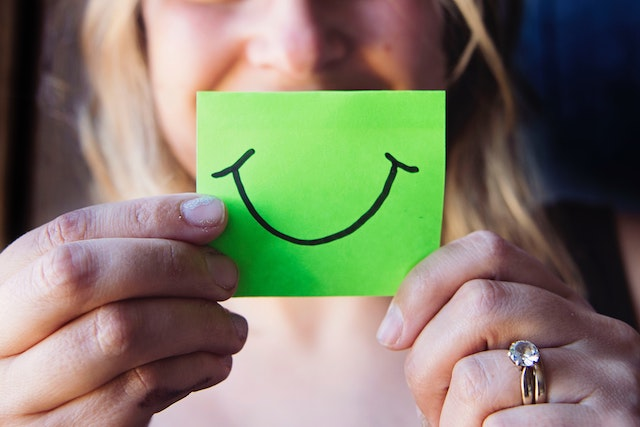 woman-happy-note-happiness
